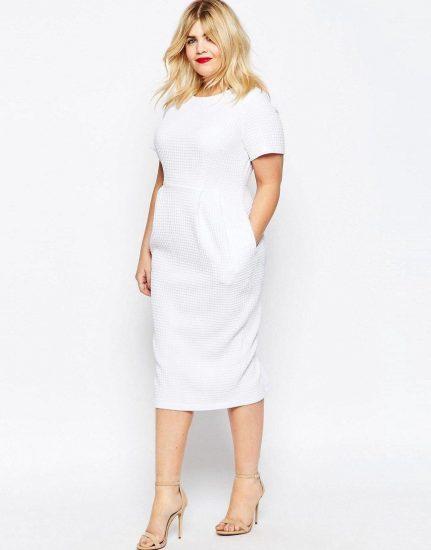 Полная девушка в белом платье-футляре