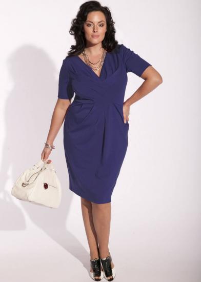 Полная девушка в фиолетовом платье-футляре