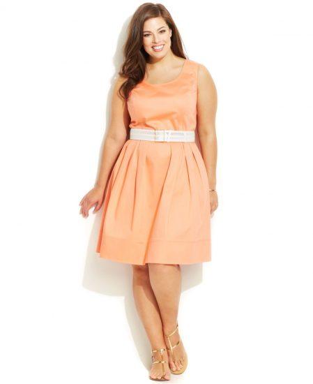 Полная девушка в платье с белым поясом