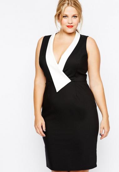 Полная девушка в чёрном платье-футляре