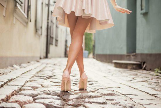 Девушка в платье на каблуках