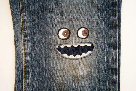 Заплатка на джинсах в виде мордочки