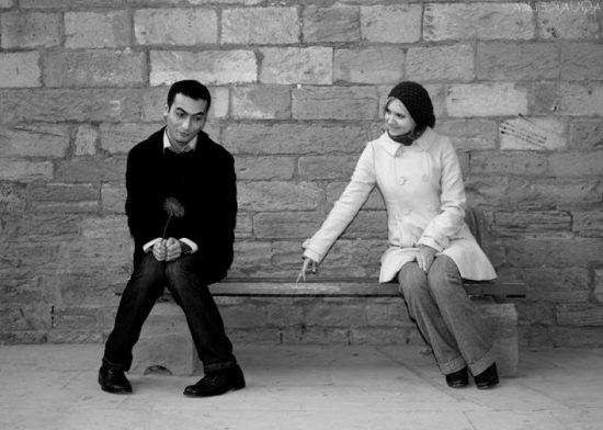 Парень с девушкой на скамейке