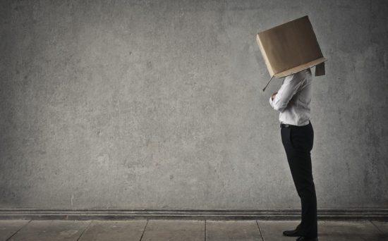 Человек с коробкой на голове