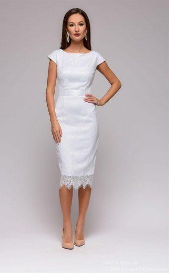 Белое платье-футляр с кружевом