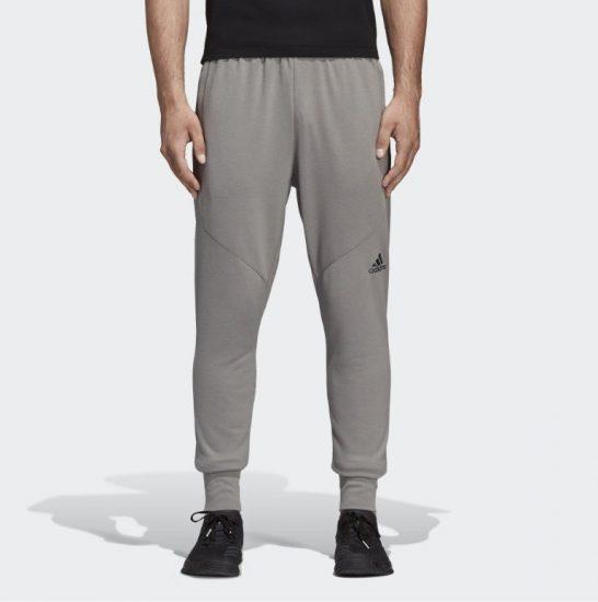 Мужчина в спортивных штанах