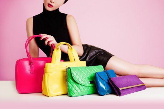 Девушка и сумки разного размера