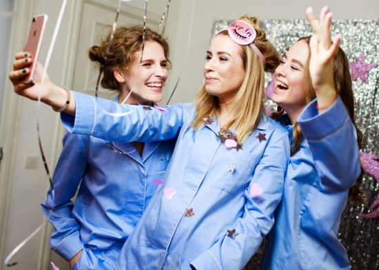Три девушки в голубых пижамах