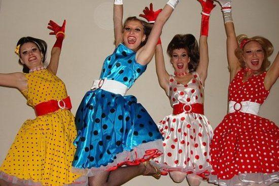 Четыре девушки в ретро-платьях