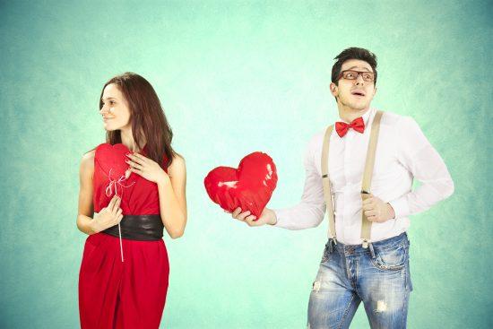 Парень дарит девушке сердечко