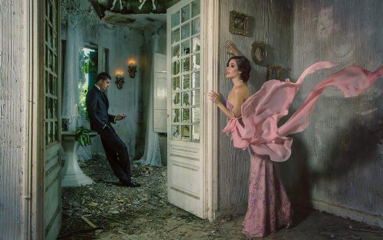 Женщина подглядывает из-за двери за мужчиной