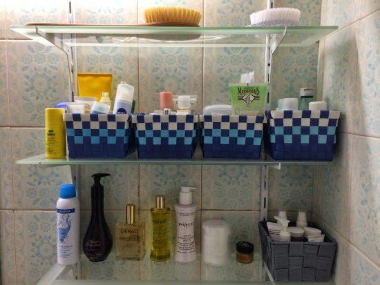 Косметика на полочках в ванной