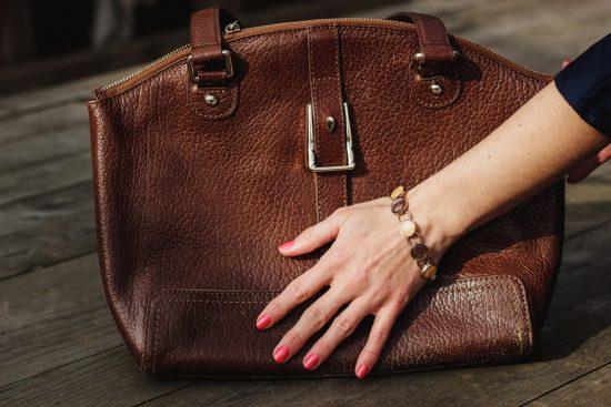 Девушка трогает сумку