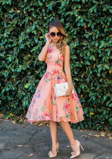Девушка в платье с рисунком цветов