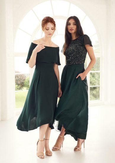 Девушки в длинных торжественных платьях