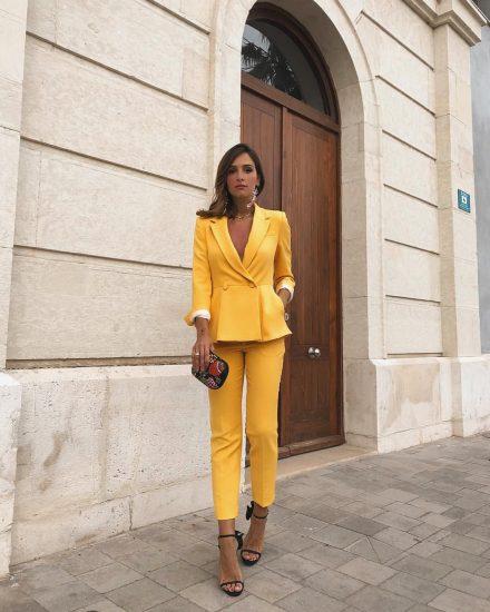 Девушка в жёлтом брючном костюме