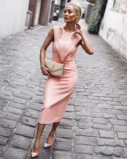 Девушка в розовом платье