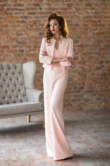 Девушка в розовом брючном костюме