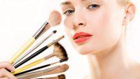 девушка и кисти для макияжа