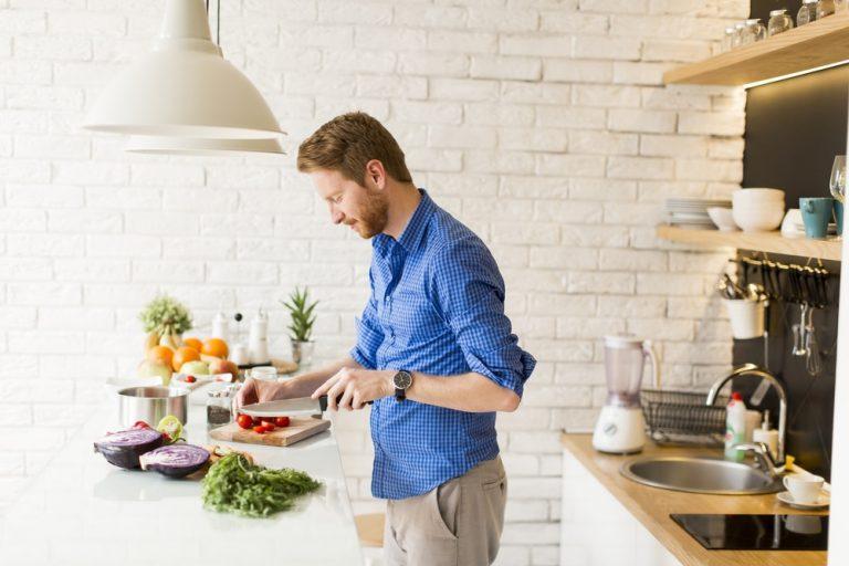 Идеи фотосессии для мужчин на кухне цветные снимки