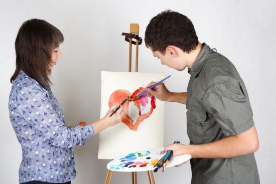 Пара рисует