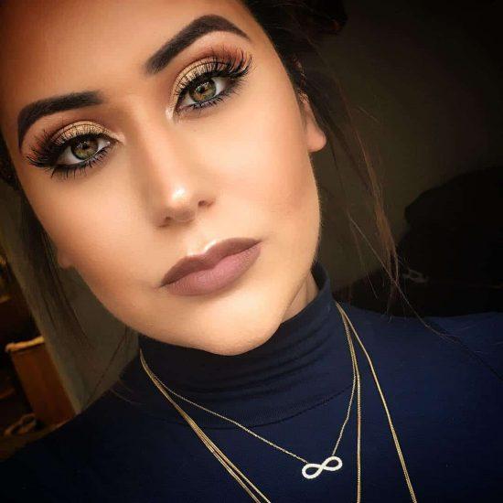 Девушка с техникой макияжа smoky eyes