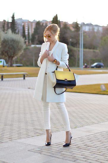 Девушка в белом костюме
