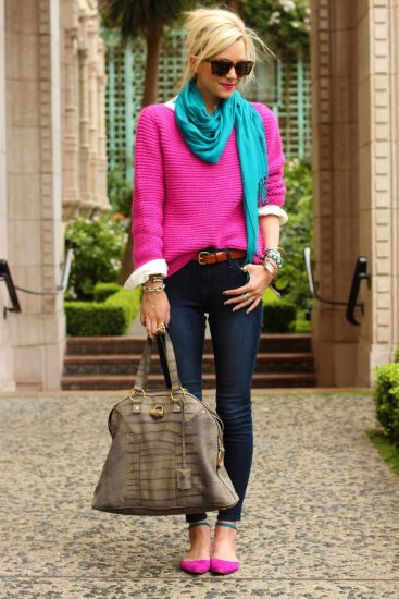 Девушка в ярком свитере и шарфике