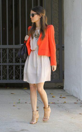 Девушка в красном пиджаке