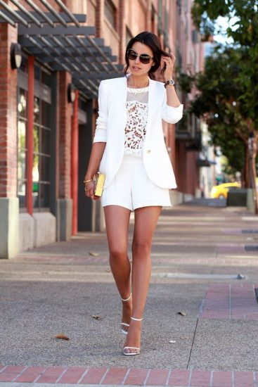 Девушка в белом костюме с шортами