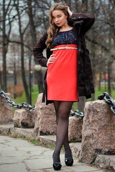 Девушка в ярком платье