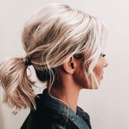 Короткий хвостик из волнистых волос