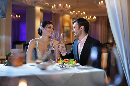 Парень с девушкой на свидании в кафе