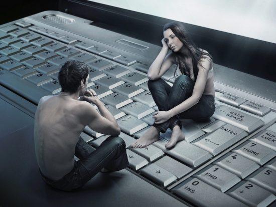 Девушка и парень на ноутбуке