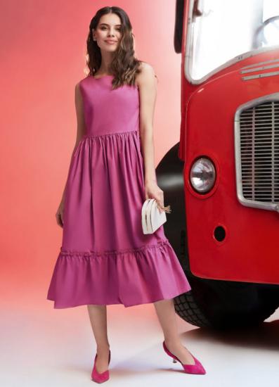 Девушка в платье от Baon
