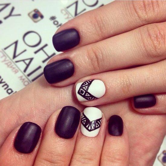 Контраст фиолетового с белым на ногтях
