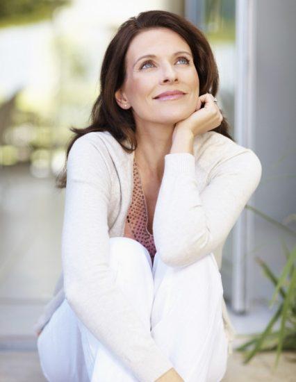 Женщина думает о чём-то радостном