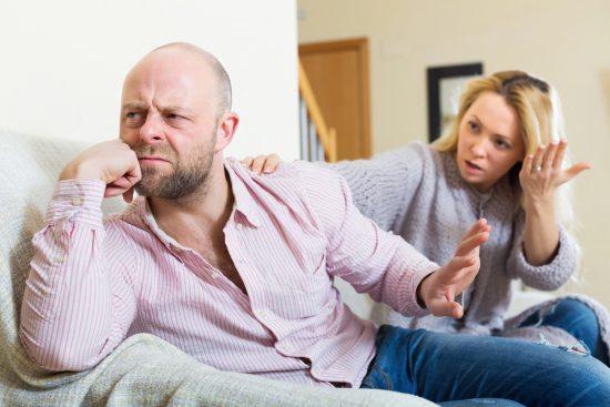 Мужчина отвернулся от женщины, которая пытается что-то ему доказать