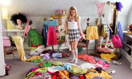 Девушка смотрит на одежду