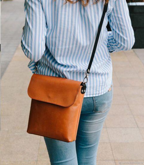 Оранжевая сумка-планшет на боку