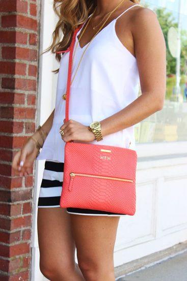 Девушка с гламурной розовой сумкой