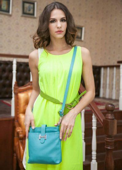 Модница с голубой сумкой через плечо