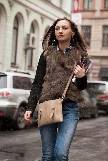 Девушка в городе с планшетной сумкой