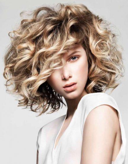 Девушка с пышной причёской и двойным окрашиванием