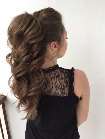 Длинные волнистые волосы, собранные в хвост