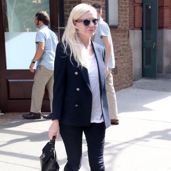 Актриса в синем пиджаке с белыми пуговицами