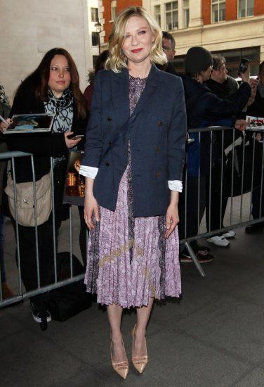 Стильное сочетание пиджака и кружевного платья