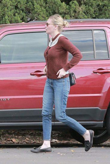 Кирстен в кофте и светлых джинсах