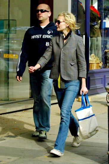 Расклёшенные джинсы и укороченный пиджак в стиле актрисы
