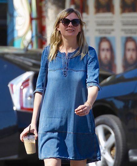 Джинсовое платье-рубашка на актрисе